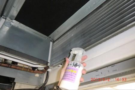 エアコン内部はコーティング剤にて施工していきます。